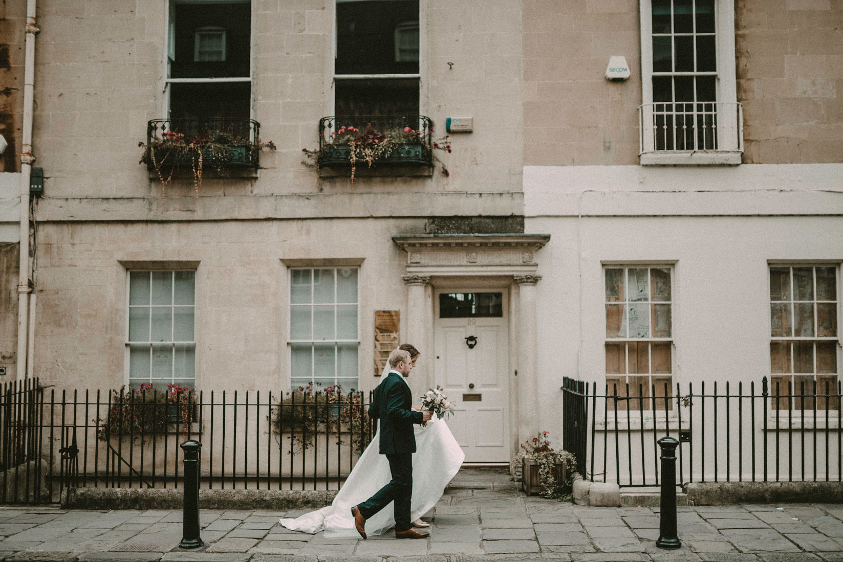 bride and groom at the Royal Cresent in Bath